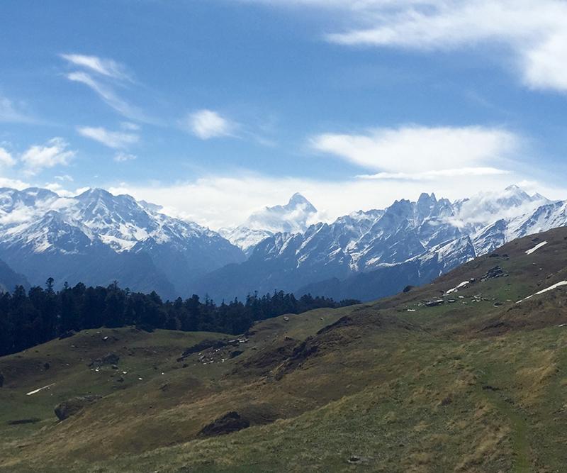 Himalaya Pilger Reise Berg Wiese
