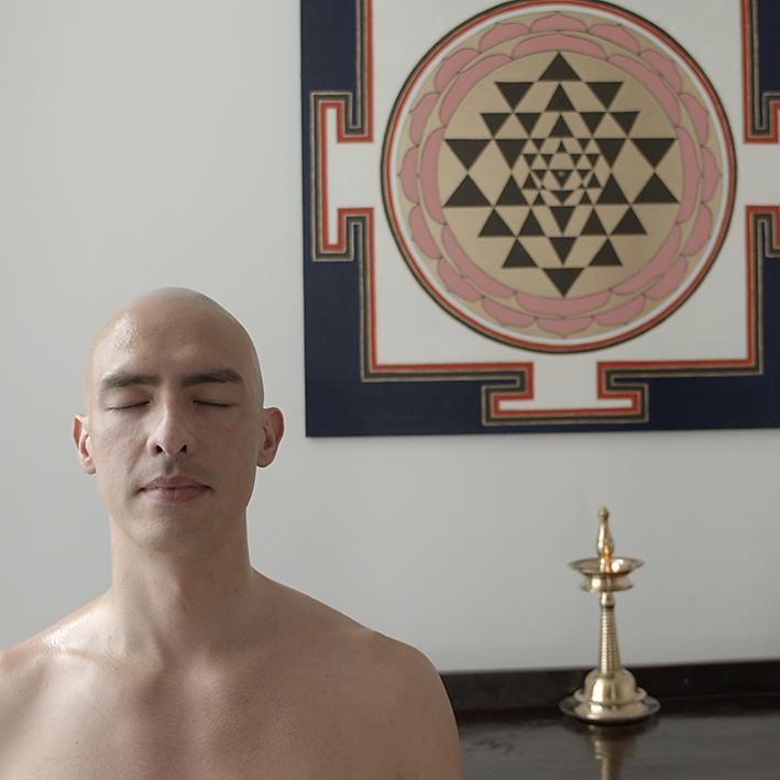 Ayurveda Massage mit Kraeuter-Pulver