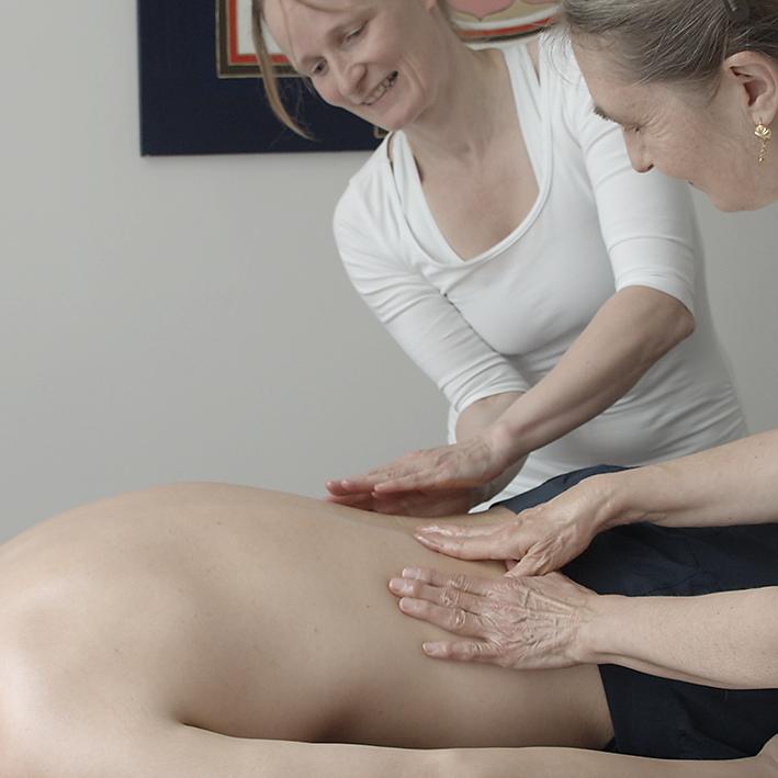 ayurveda massage mit medizinischem reis