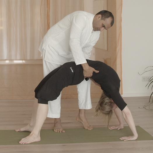 Yogalehrer-Ausbildung Asana Brücke Korrektur